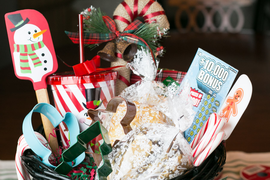 'Tis the season for giving fabulous gifts to friends, family, teachers and neighbors. Today I'm sharing with you a gift that would be perfect for just about anyone {over 18 years of age} on your Christmas list! This Baking Lovers Gift Basket with NJ Lottery is adorable and packed with the newest NJ Holiday Instant tickets, baked goods and more! #NewJerseyLottery #Win #Play #NJLotteryHoliday