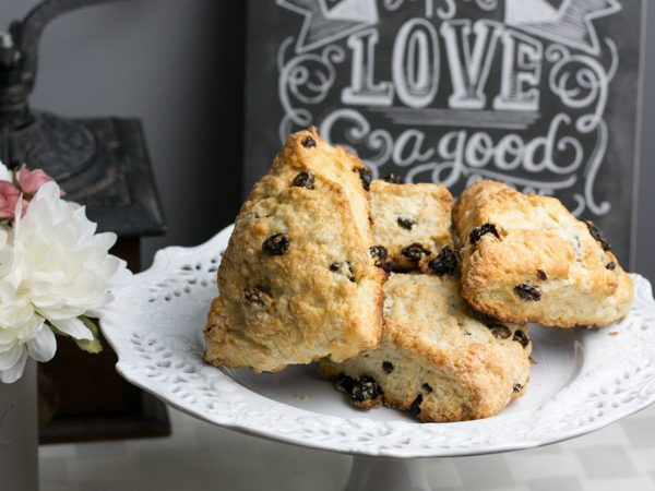 I'm telling you, I have a real addiction to baking scones! The possibility of varieties is endless and I love trying new ones all the time. Today I'm sharing with you my Raisin Scones recipe. Its easy and they are so delicious!!! A great one to have on hand for a quick breakfast, an addition to a beautiful brunch or with an afternoon cup of coffee.